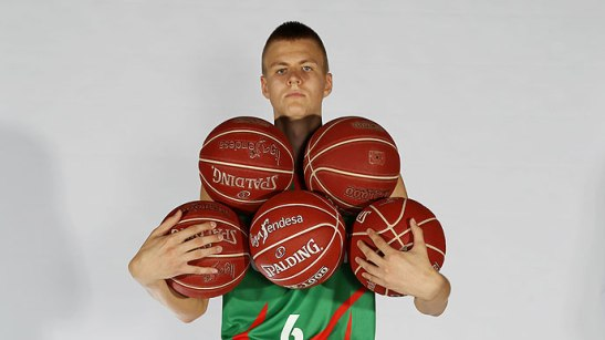 Good news Knicks fans: Kristaps Porzingis can fit five basketballs in his arms at once!